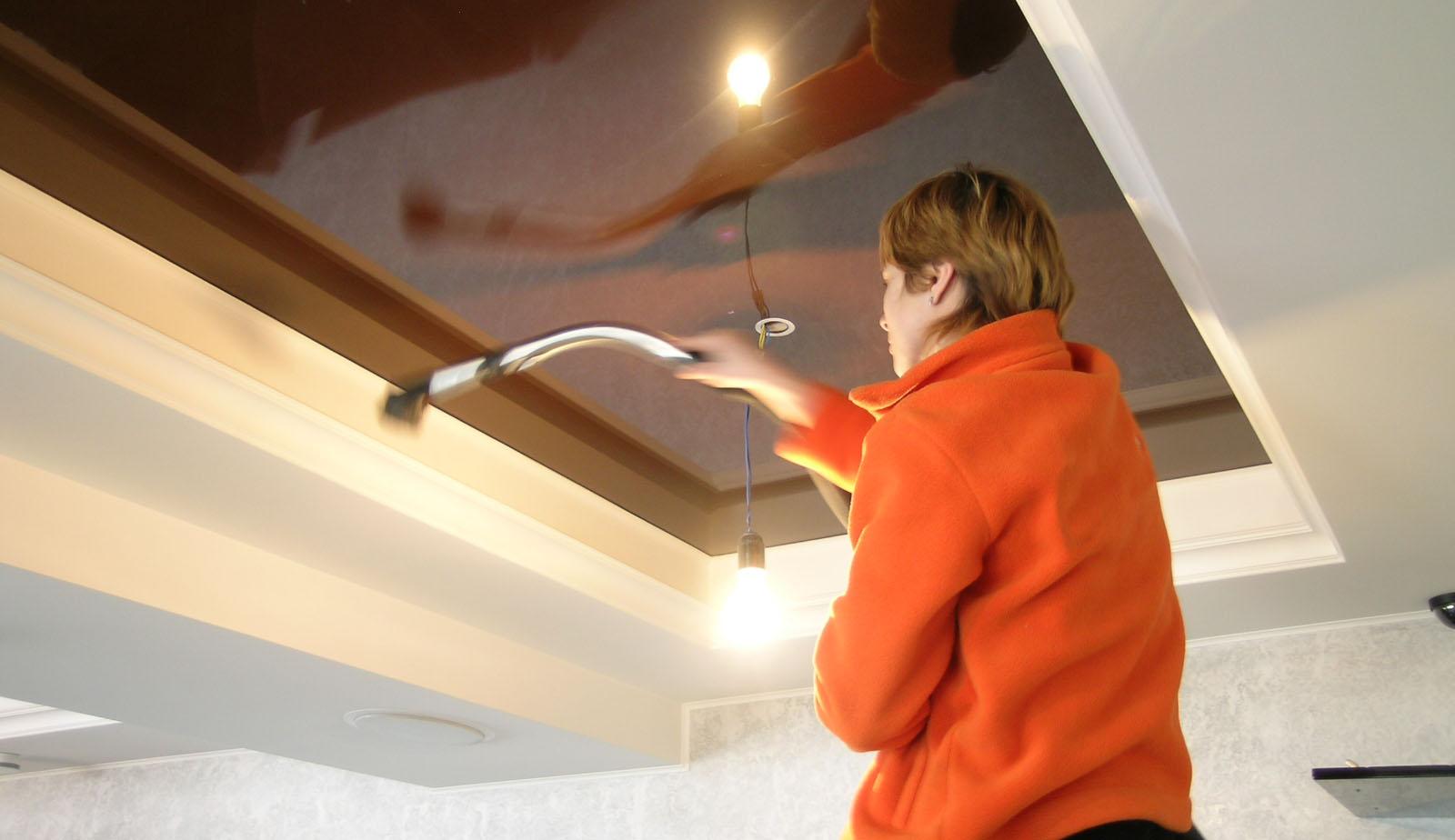 чистка потолочных конструкций