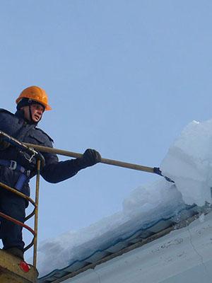чистка крыш от снега и наледи